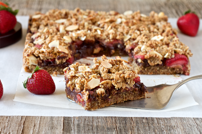 Healthy strawberry chocolate crumble bar